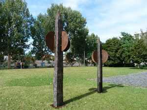 Pfahlskulpturen MDR Funkhaus Magdeburg