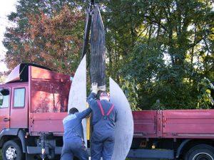 Aufstellen der Skulptur in Schönebeck