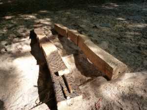 Skulpturengruppe aus Holz Dialog