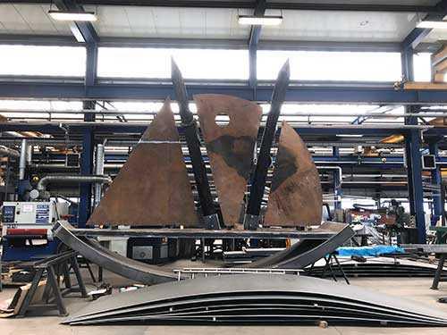 Metallarbeiten an der Schiffsskulptur