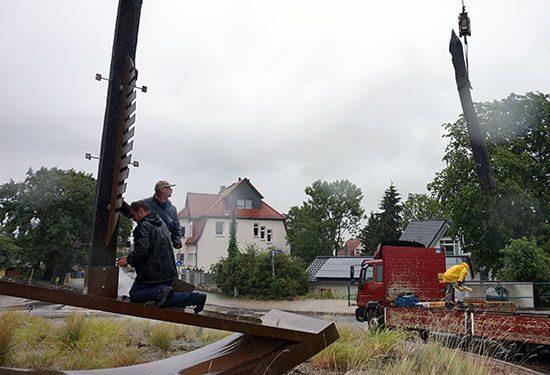 Montagearbeiten an der Schiffsskulptur im Kreisverkehr Grünewalde Schönebeck