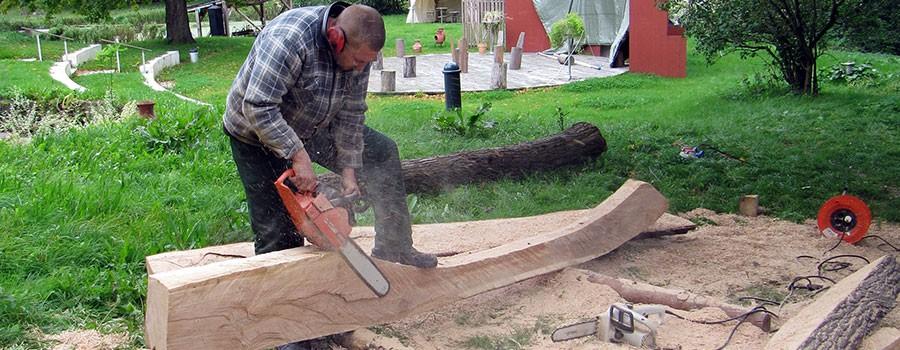 Arbeiten an der Skulptur aus Holz